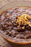 Sauce aux arachides Hoisin dans un bol.