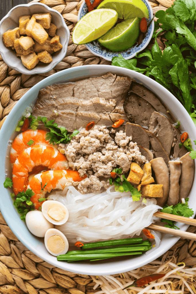 Hu Tieu Nam Vang dans un bol avec des baguettes.