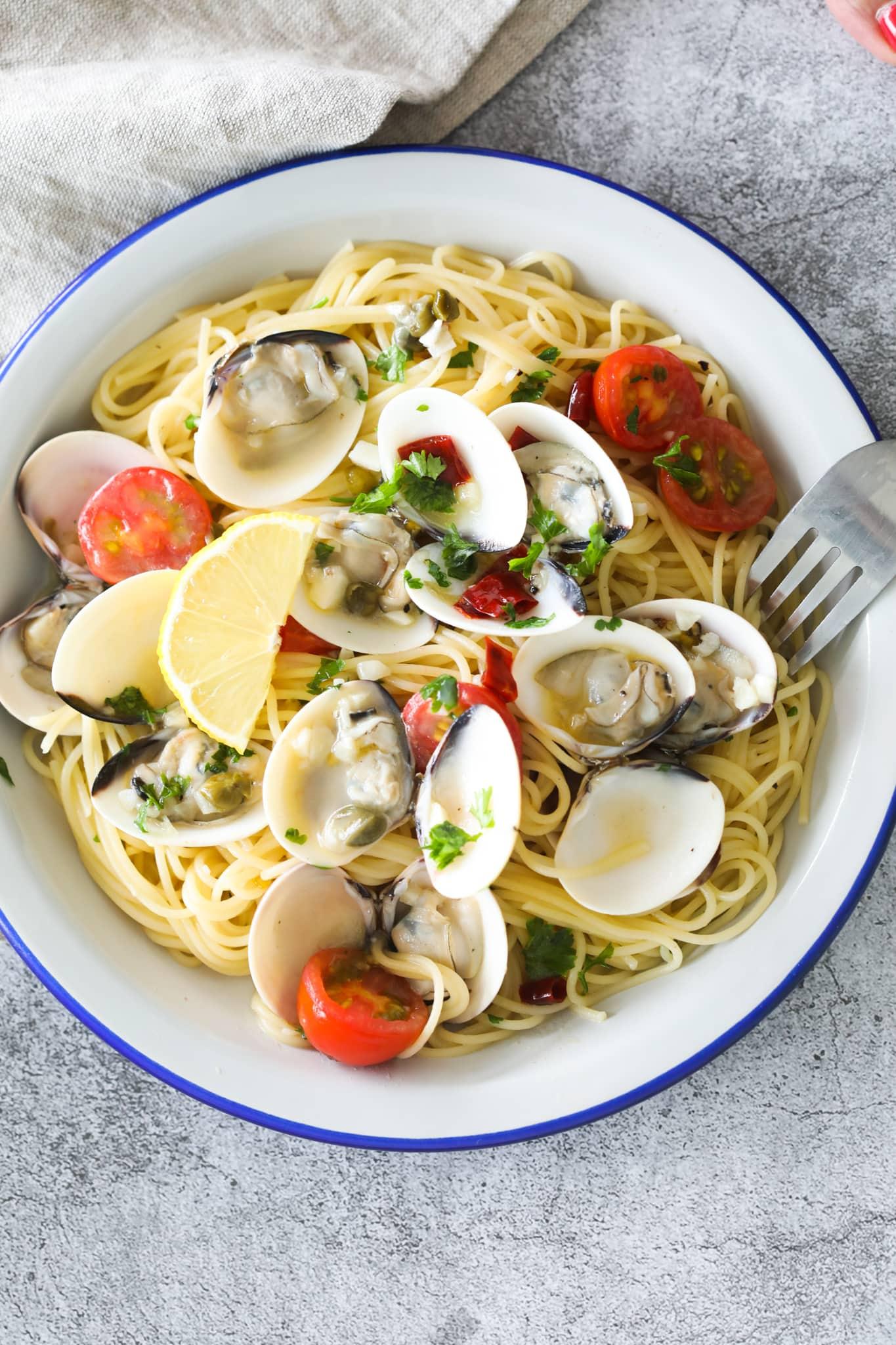 Capellini aux palourdes servis dans une assiette.