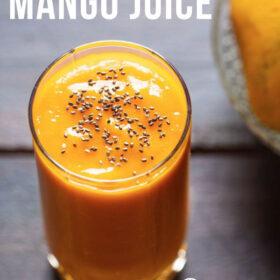 Top shot de jus de mangue dans un verre garni de graines de chia sur une table en bois avec un côté de mangues sur un bol en verre avec une escale de texte