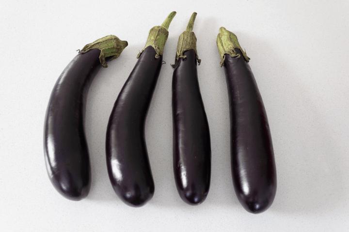 Quatre aubergines.