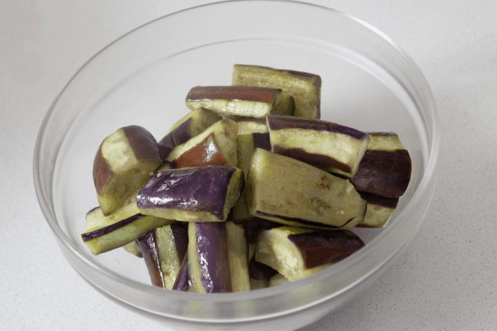 Morceaux d'aubergine cuits dans un bol.