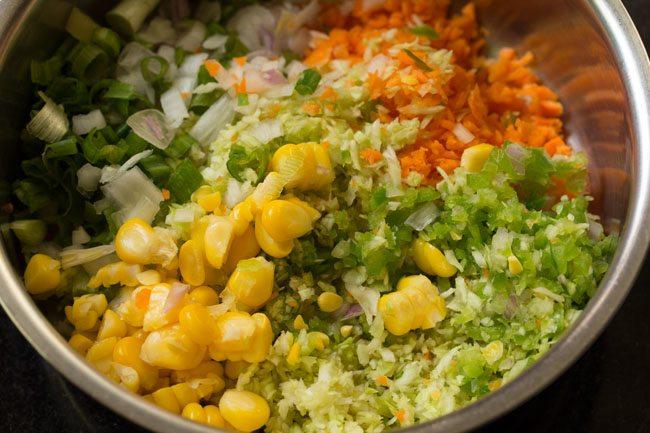 légumes dans un bol pour faire un sandwich à la salade de chou