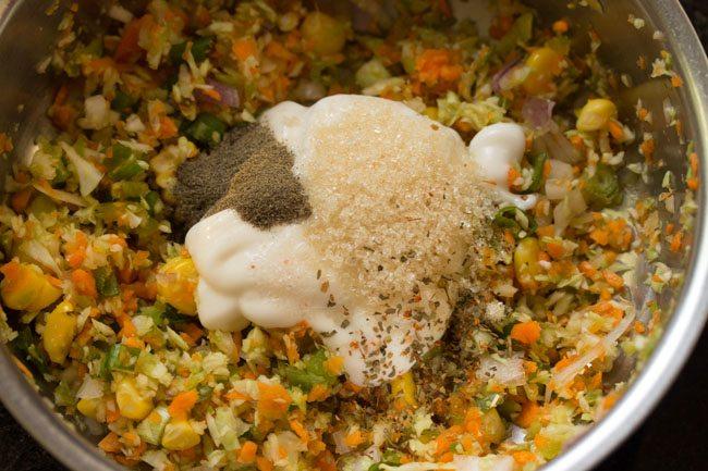 assaisonnements ajoutés pour mélanger les légumes dans le bol