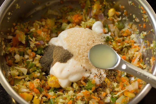 jus de citron ajouté pour mélanger les légumes dans le bol