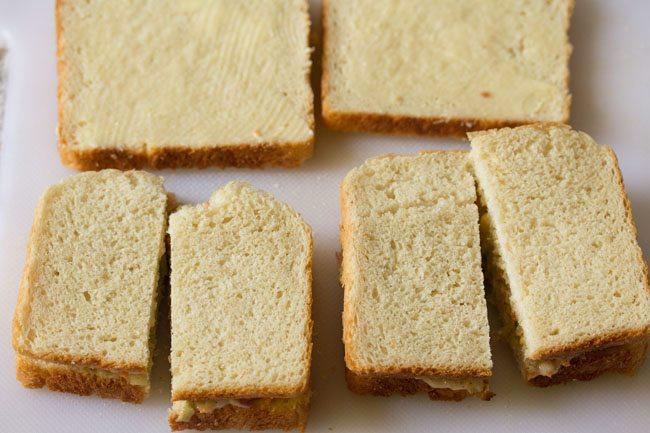 Garnir avec la tranche de pain beurrée restante