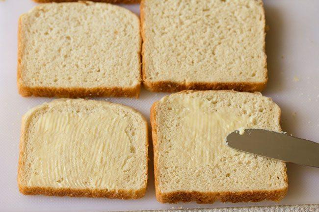 appliquer du beurre sur des tranches de pain sur une planche