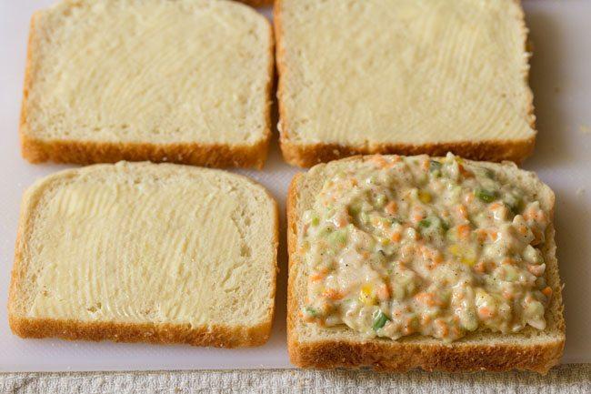 ajouter de la farce à la salade de chou sur une tranche de pain