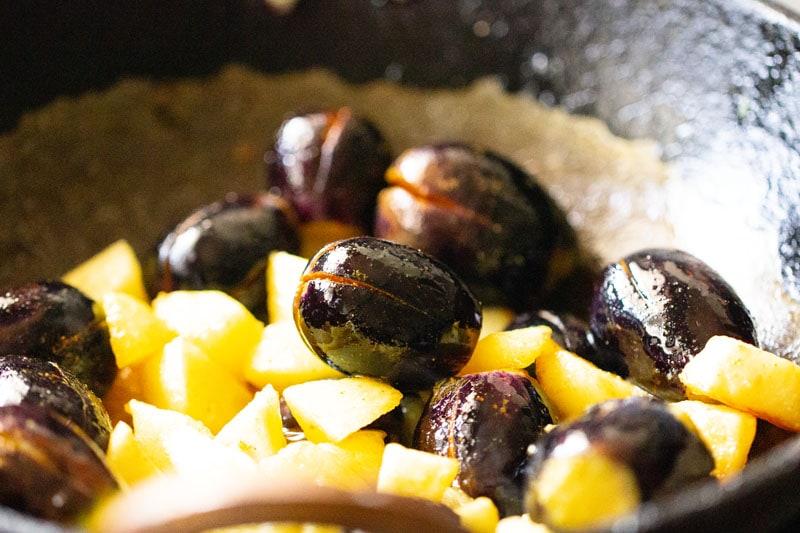brinjals farcis mélangés avec des pommes de terre