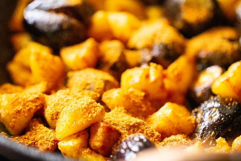restes de mélange d'épices saupoudré sur bharwa baingan