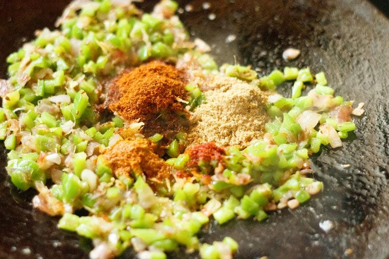 épices moulues sur mélange de poivrons et d'oignons