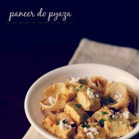 paneer do pyaza garni de paneer râpé et de feuilles de coriandre dans un bol blanc sur une serviette beige clair sur une planche marron foncé