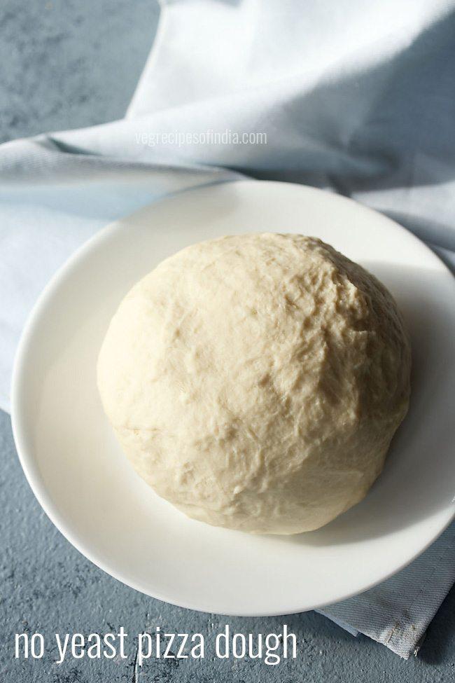 pas de pâte à pizza à la levure dans une assiette blanche sur une serviette bleu clair