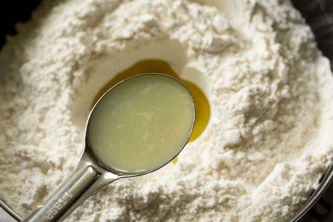 jus de citron ajouté à la farine