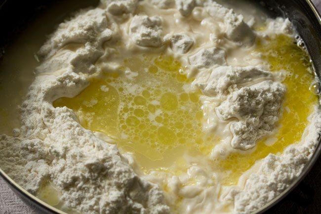 ajouter de l'eau en partie à la farine