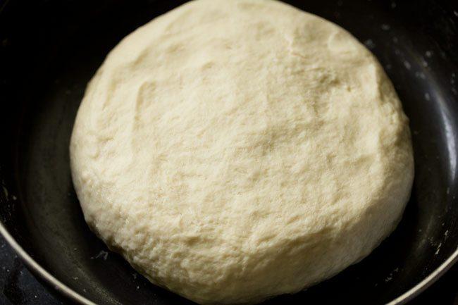 pâte à pizza pétrie dans un bol conservé pour se reposer