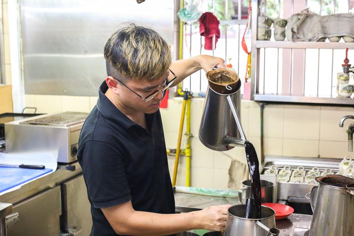Toast-Hut-Café-Action