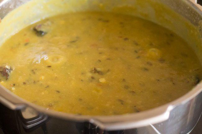 mélanger le panchmel dal dans la mijoteuse