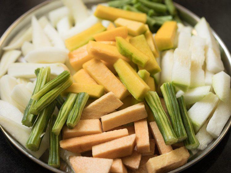 légumes épluchés et hachés sur une assiette