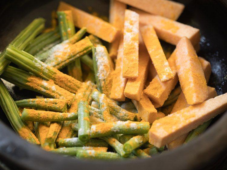 curcuma et sel ajoutés aux légumes