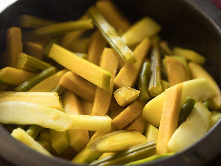 ouvrez le couvercle et vérifiez les légumes entre les deux