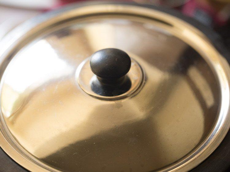 couvrir la casserole avec un couvercle et cuire