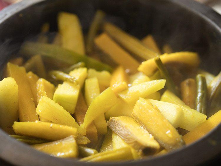 laisser mijoter les légumes jusqu'à ce qu'ils soient presque cuits