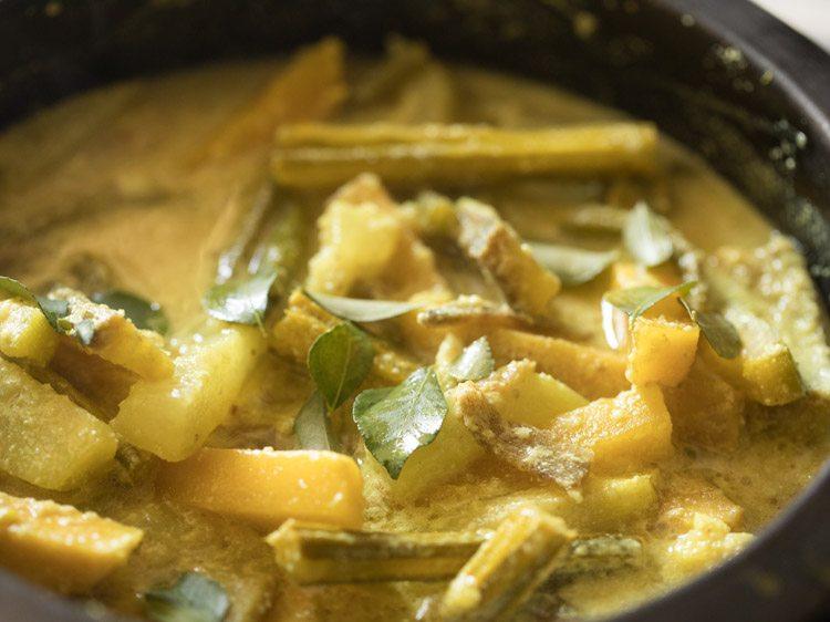 ajouter des feuilles de curry