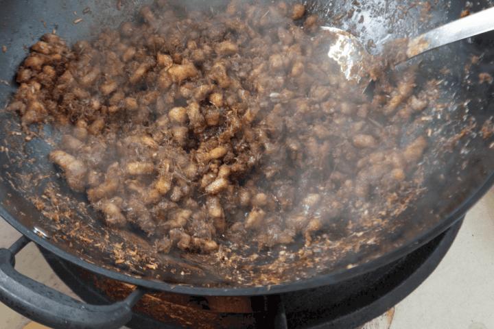 Thịt Kho Mắm Ruốc dans un wok.