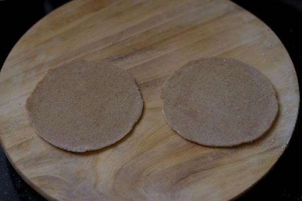 rouler la pâte pour faire la recette du mooli paratha