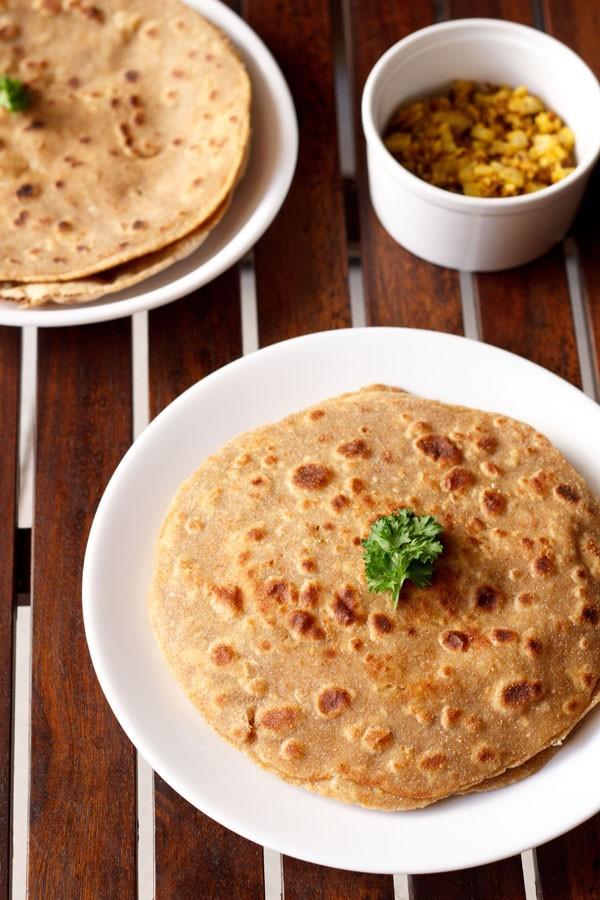 mooli paratha servi sur une assiette blanche