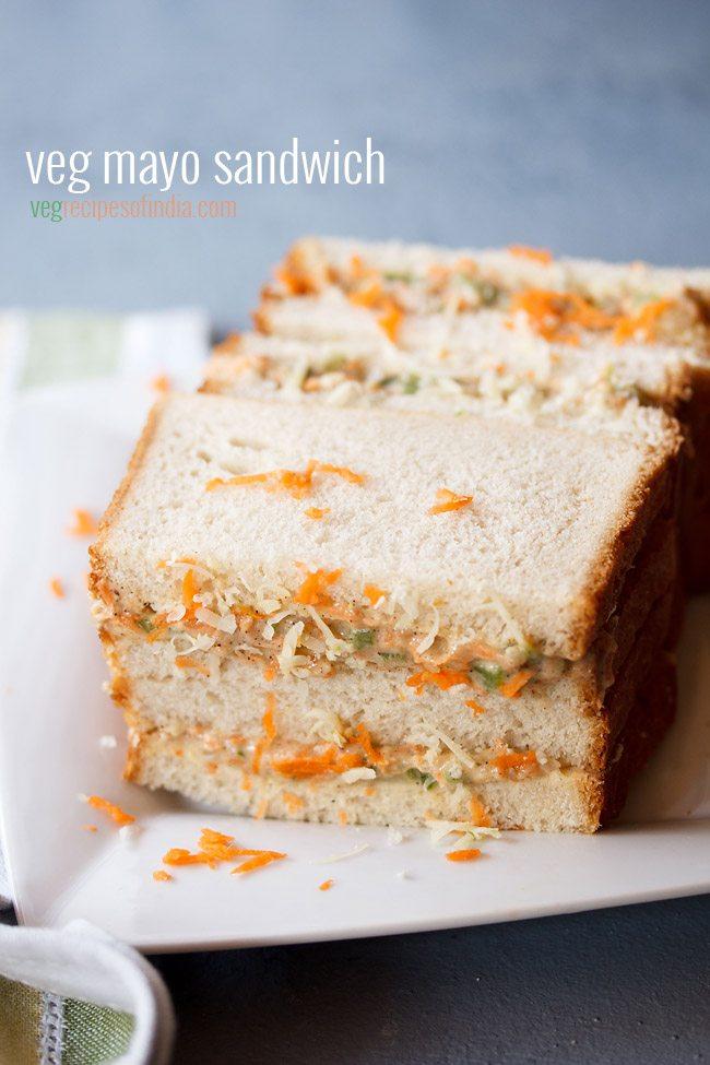 sandwich à la mayonnaise garni de carottes râpées et de fromage sur une plaque carrée blanche