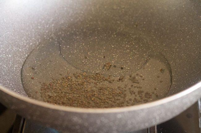 graines de moutarde à l'huile dans un kadai