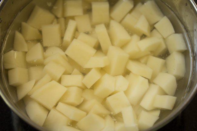 pommes de terre trempées dans l'eau dans un bol
