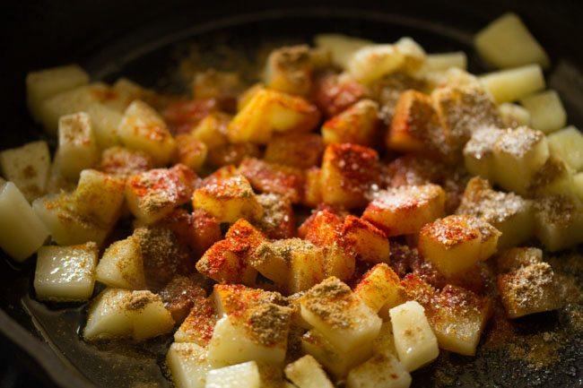 ajouter des épices moulues aux pommes de terre