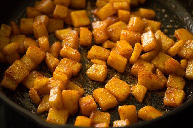 mélanger les épices avec les pommes de terre
