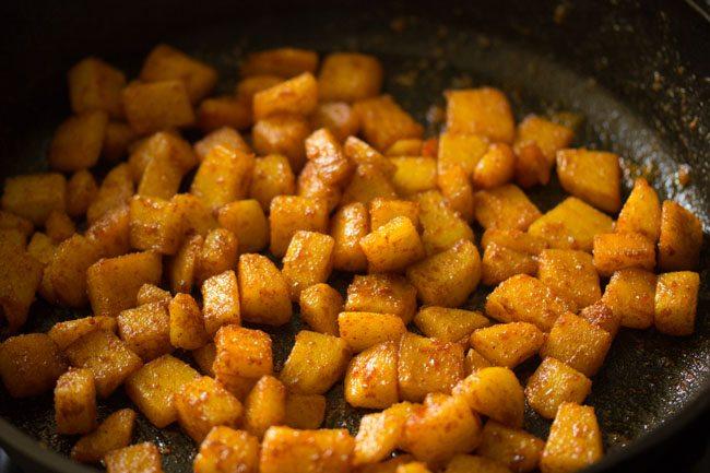 continuer à faire sauter les pommes de terre