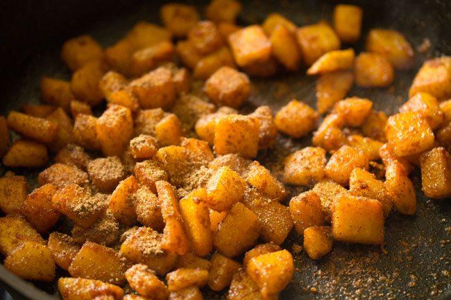 ajouter de la poudre de garam masala et de la poudre de mangue sèche