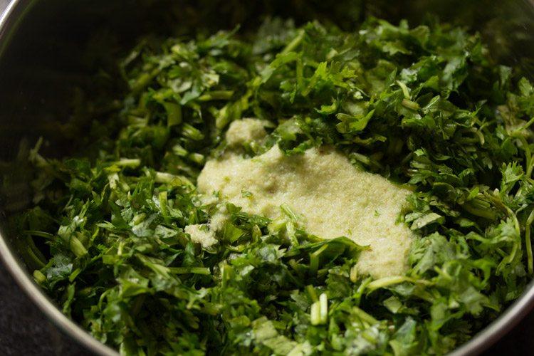 ajouter la pâte de piment vert au gingembre et à l'ail aux feuilles de coriandre