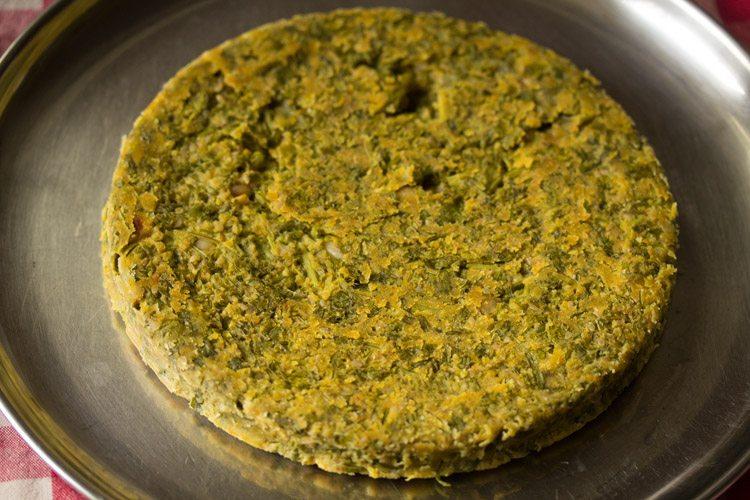 kothimbir vadi cuit à la vapeur sur une assiette