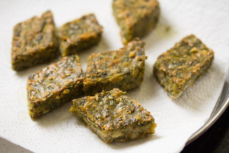kothimbir vadi frit sur des essuie-tout