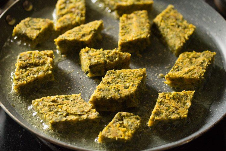 faire frire le kothimbir vadi dans une poêle