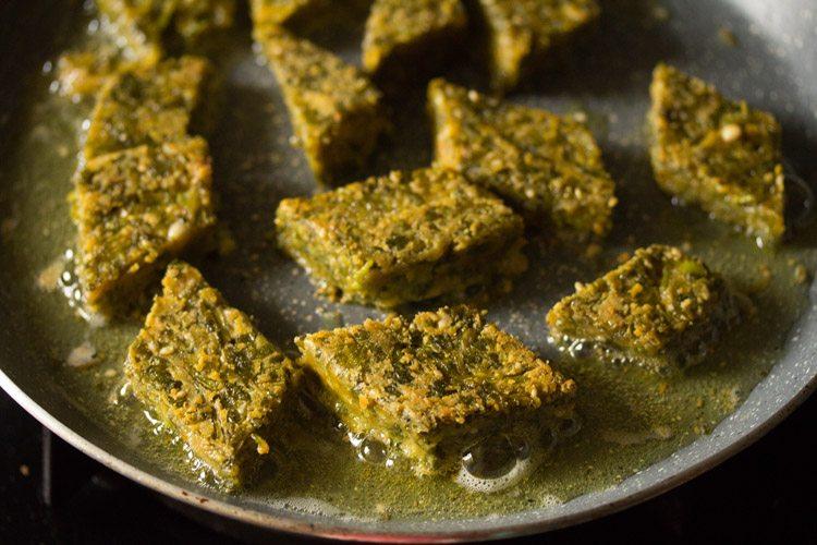 faire frire le deuxième lot de kothimbir vadi