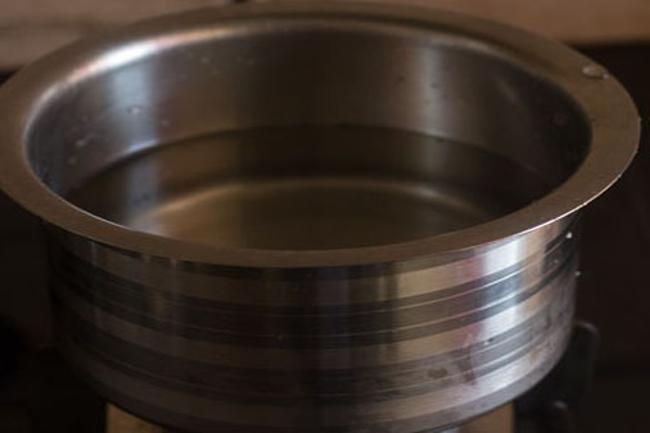eau bouillante avec du sel dans une casserole