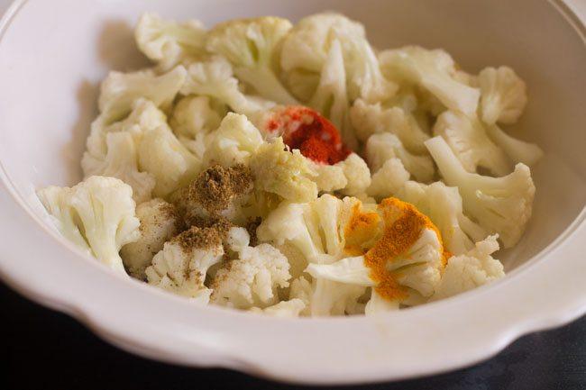 ajouter la pâte d'ail au gingembre et la poudre de garam masala