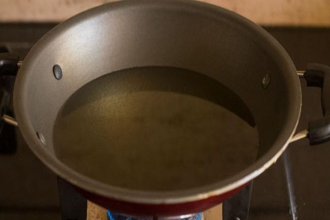 chauffer l'huile dans une poêle