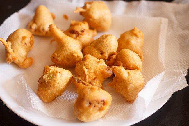 Gobi pakora frit placé sur des serviettes en papier de cuisine