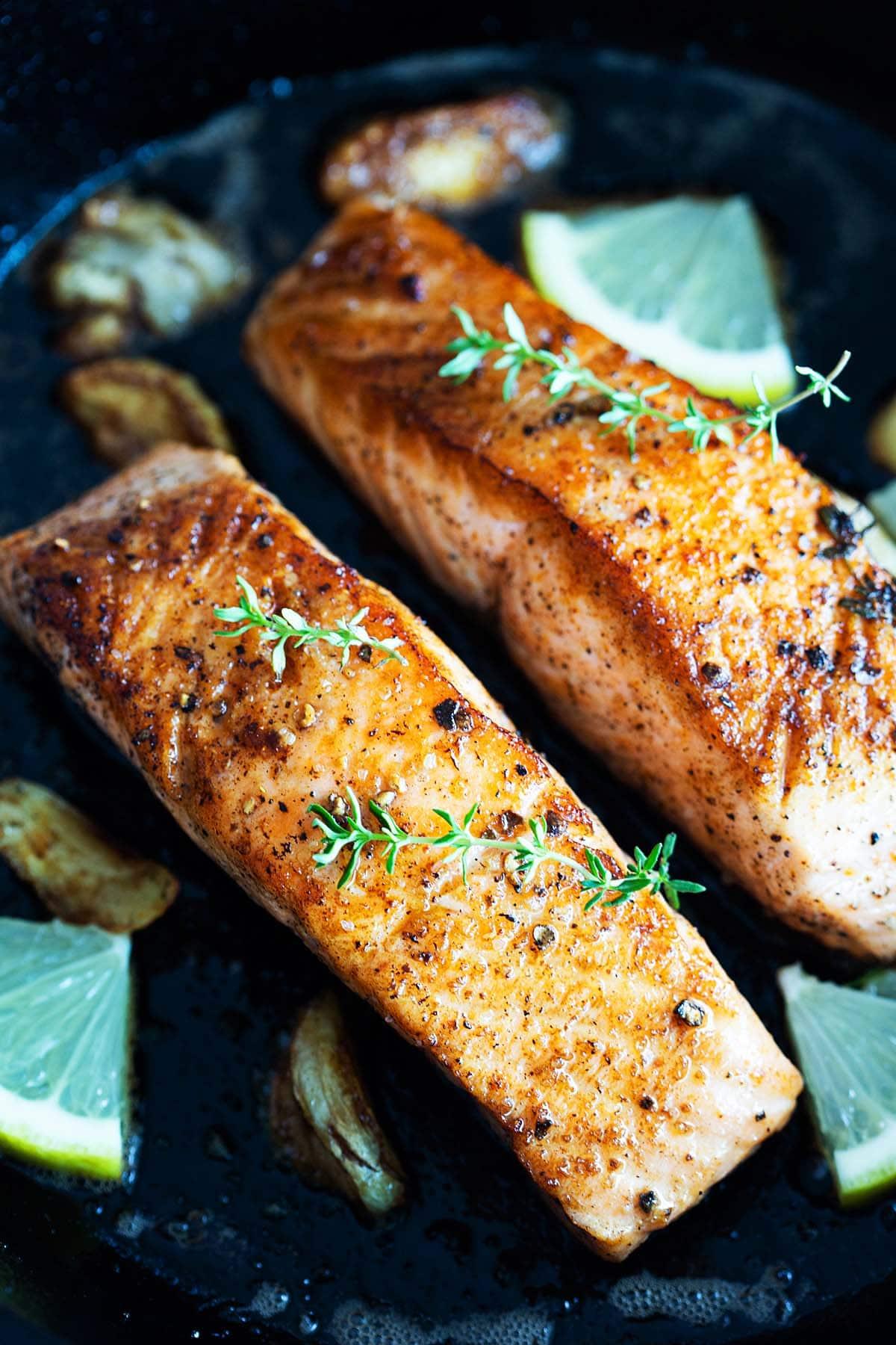 Recette de saumon poêlé avec ail, beurre et thym.