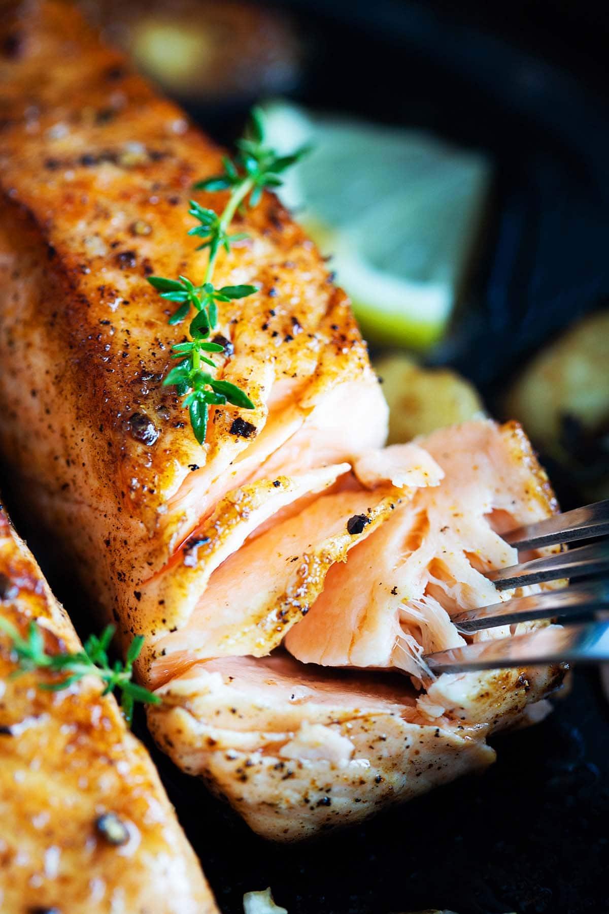 Meilleur filet de saumon croustillant dans une poêle.