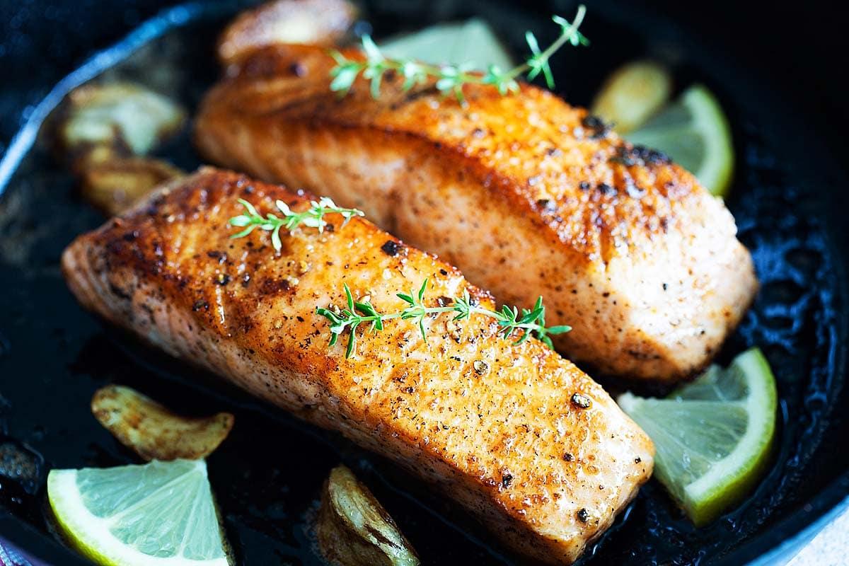 Filets de saumon poêlés avec la peau.
